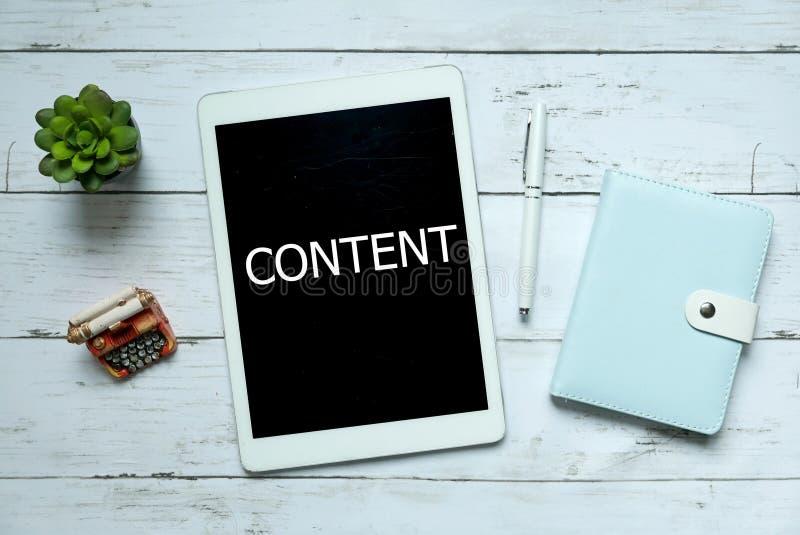 Concept en ligne de technologie d'affaires du contenu numérique Vue supérieure de l'usine, du stylo, du carnet et du comprimé écr photos stock