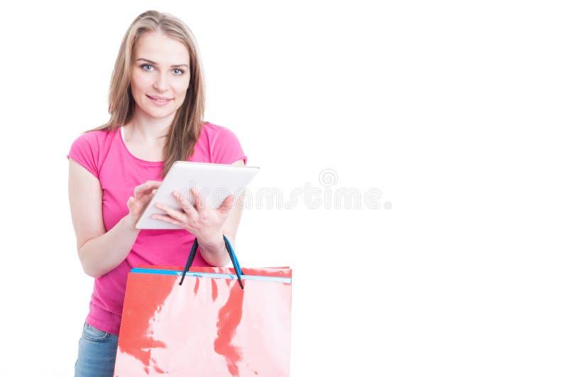 Concept en ligne moderne d'achats avec la belle femme tenant le digi images stock
