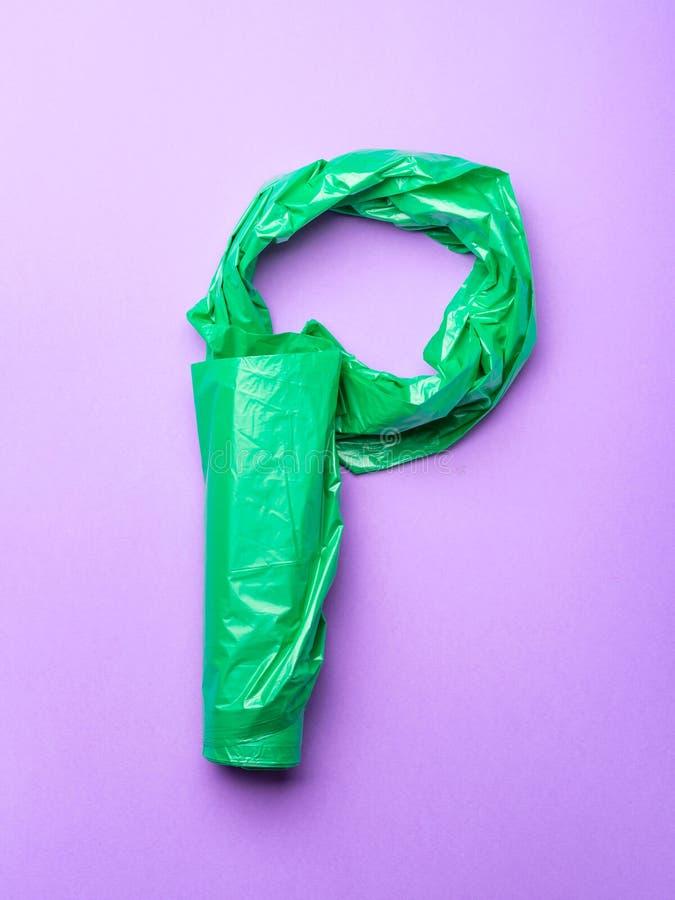 Concept en plastique de P sur minimal rose pourpre photo stock