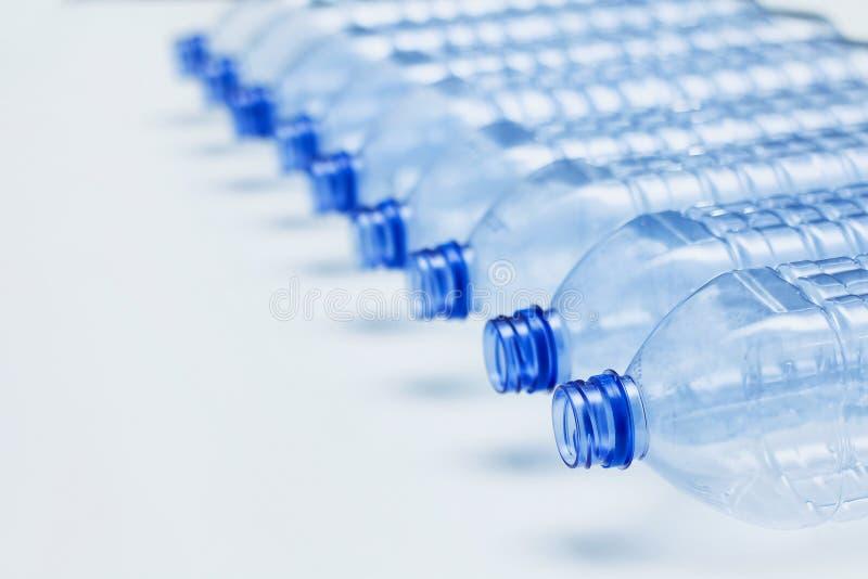 Concept en plastique vide de bouteilles r?utilisation Processus de fabrication de bouteilles photographie stock libre de droits