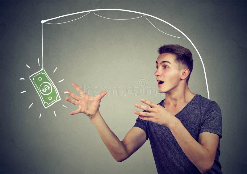 Concept encourageant d'affaires de piège Équipez le fonctionnement vers un symbole du dollar essayant de l'attraper photographie stock libre de droits