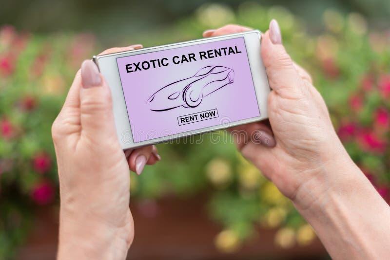 Concept exotique de location de voiture sur un smartphone images libres de droits