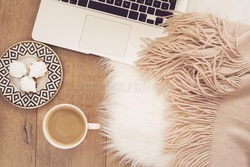 Concept féminin de lieu de travail Espace de travail indépendant avec l'ordinateur portable, bonbons Fonctionnement de Blogger photographie stock