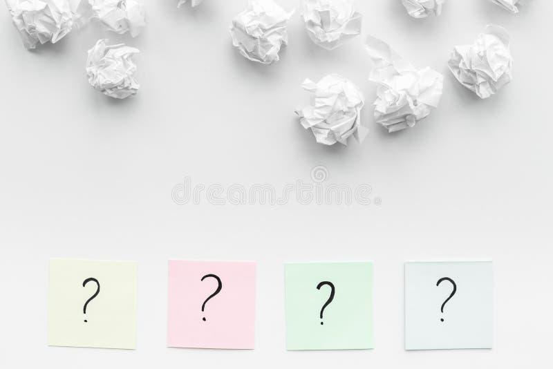 Concept FAQ Het vraagteken op kleverige nota's verfrommelde dichtbij document op de witte ruimte van het achtergrond hoogste meni stock foto