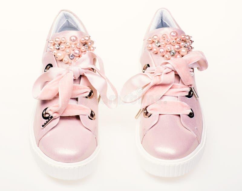 Concept fascinant d'espadrilles Paires de pâle - espadrilles femelles roses avec des rubans de velours Chaussures pour des filles photographie stock