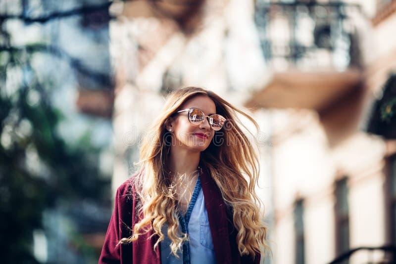 Concept femelle de mode Taille extérieure vers le haut de portrait de la jeune belle femme posant sur la vieille rue Vêtements él images stock