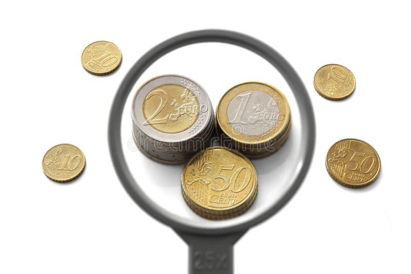 Concept financiële ballon met meer magnifier en geld stock fotografie