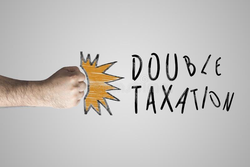 Concept financier d'impôts Poing poinçonnant la double imposition des textes images stock