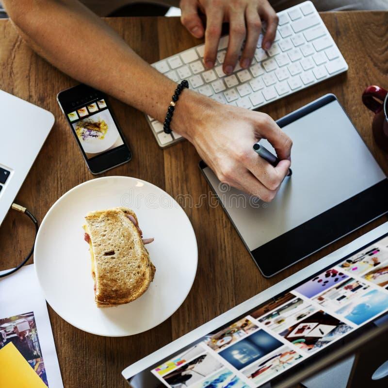Concept fonctionnant de dispositif de Digital d'affaires de carrière de surcharge photos stock