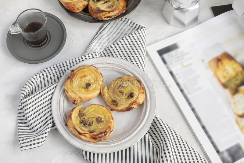Concept français de petit déjeuner - faites souffrir les raisins secs aux., café, image stock