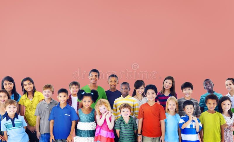 Concept gai de la jeunesse d'enfance de bonheur d'enfants d'enfants photographie stock libre de droits