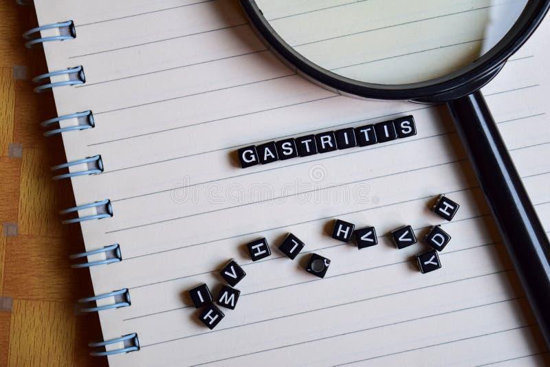 Concept Gastritis op houten kubussen met boeken op achtergrond stock foto