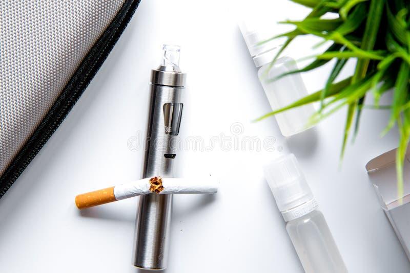 Concept - gevaren om te roken en elektronische sigaret hoogste mening royalty-vrije stock afbeelding