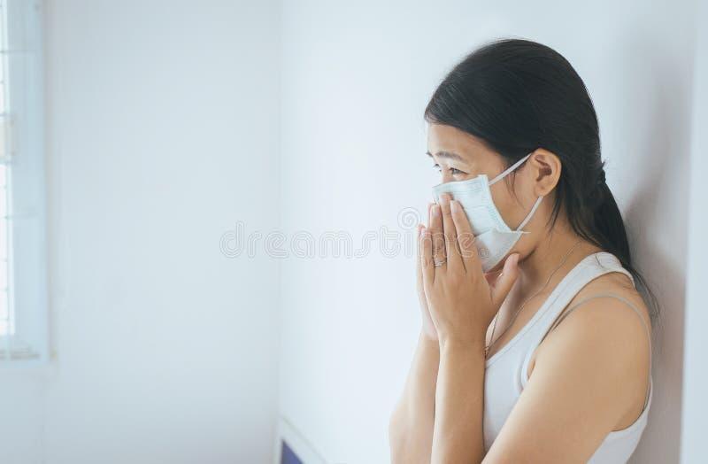 Concept gezondheidsvrouw die beschermend masker met koude het blazen en lopende neus op bed, het zieke vrouw niezen gebruiken royalty-vrije stock afbeeldingen