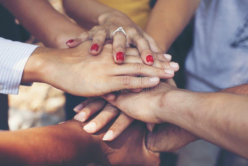 Concept groepswerk: Close-up van handen commercieel team die eenheid met het samenbrengen van hun handen tonen stock afbeelding