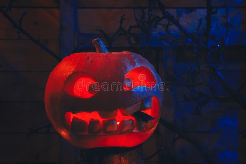 Concept Halloween het gloeien oranje en blauw licht met boos t stock afbeelding
