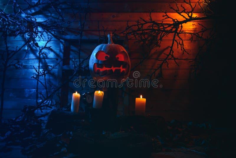 Concept Halloween het gloeien oranje en blauw licht met boos t stock foto