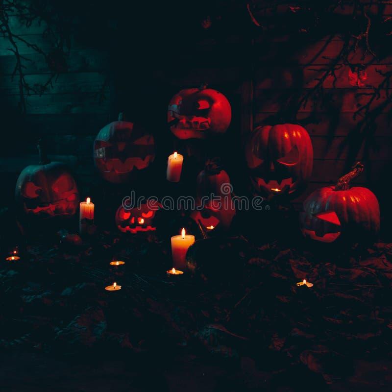 Concept Halloween velen het gloeien oranje en blauw licht boos t stock afbeeldingen