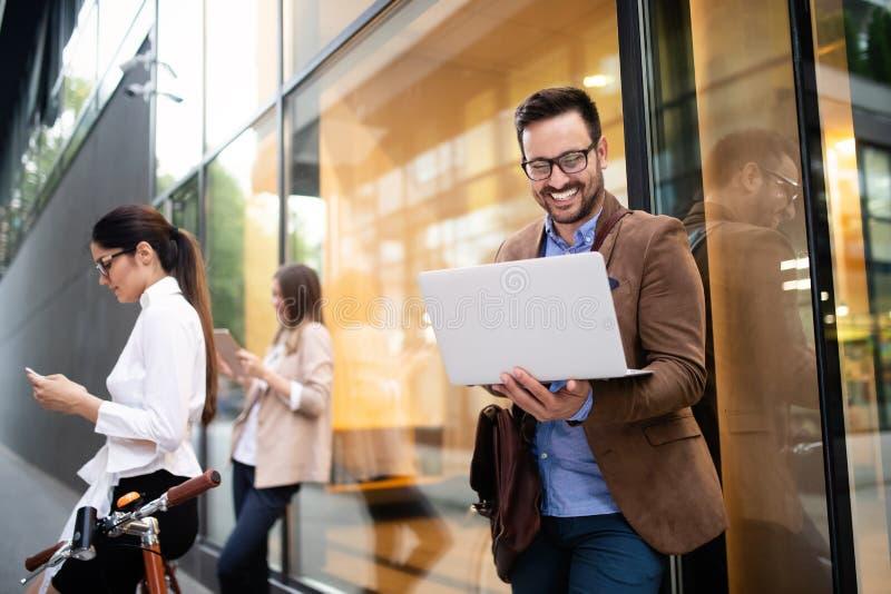 Concept het bedrijfs van Team Digital Device Technology Connecting stock foto