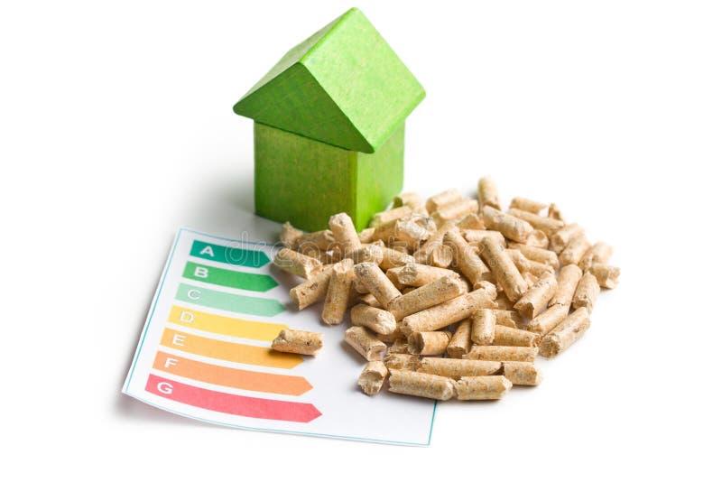 Concept het ecologische en economische verwarmen. Houten korrels. stock foto's