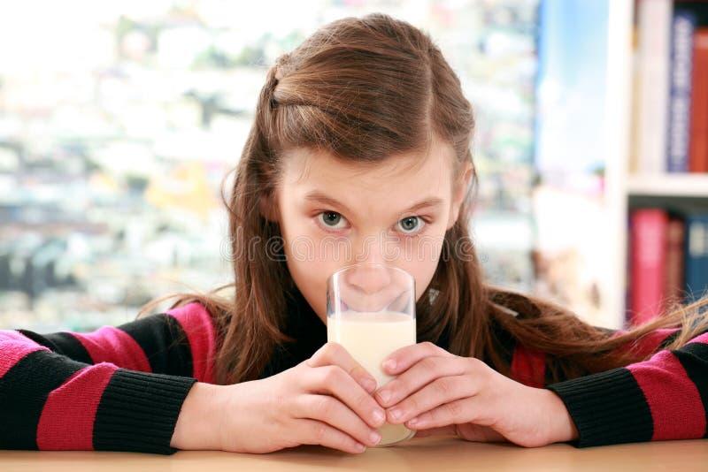 Concept het gezonde eten met een meisjesconsumptiemelk royalty-vrije stock afbeeldingen