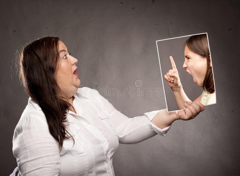 Concept het jonge meisje vertellen van een vrouw stock afbeelding