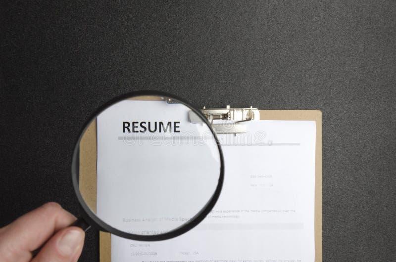 Concept het kiezen van professionele kandidaat voor een baan Meer magnifier houden en hand die hervat de herzien royalty-vrije stock foto's