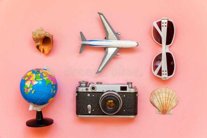 Concept het reizen op een roze achtergrond stock afbeelding