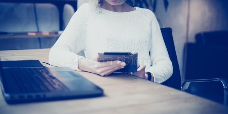 Concept het zoeken naar nieuw bedrijfsidee Peinzende jonge mooie onderneemster die aan tablet werken terwijl het zitten bij haar royalty-vrije stock foto