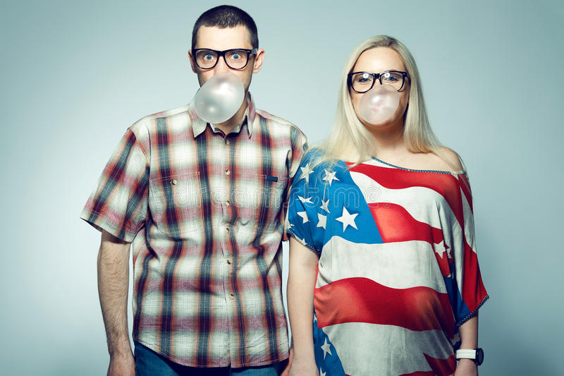 Concept heureux de grossesse : portrait de deux hippies drôles avec le bubble-gum photo stock
