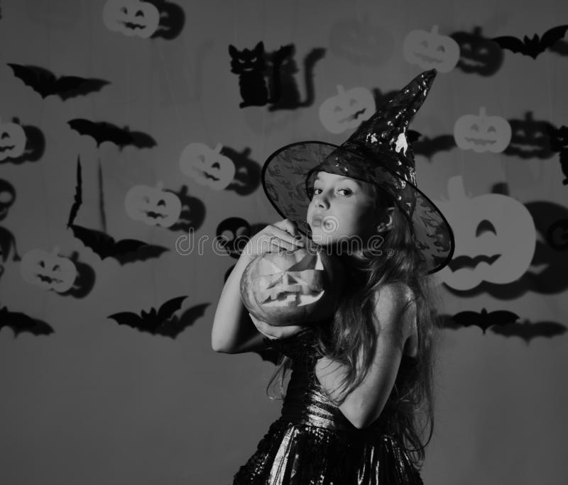Concept heureux de Halloween Petite sorcière mignonne avec un grand potiron photo stock