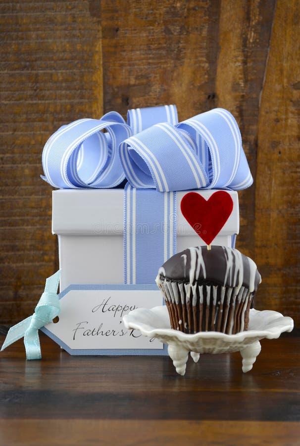 Concept heureux de pères avec le cadeau et le petit gâteau bleus et blancs photos stock