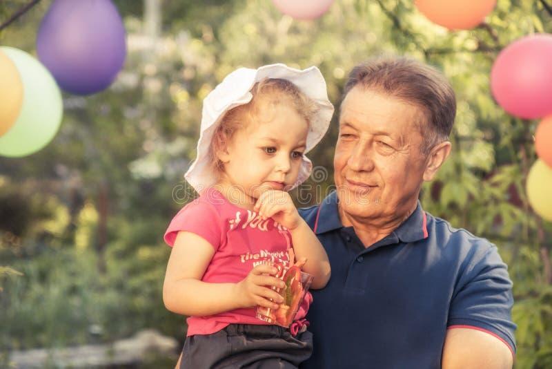 Concept heureux de retraite de grand-parent de petit-enfant ensemble d'extérieur de parc supérieur heureux de partie photos stock