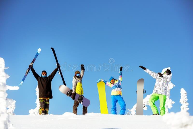 Concept heureux de ski de surf des neiges d'amis de groupe photo stock