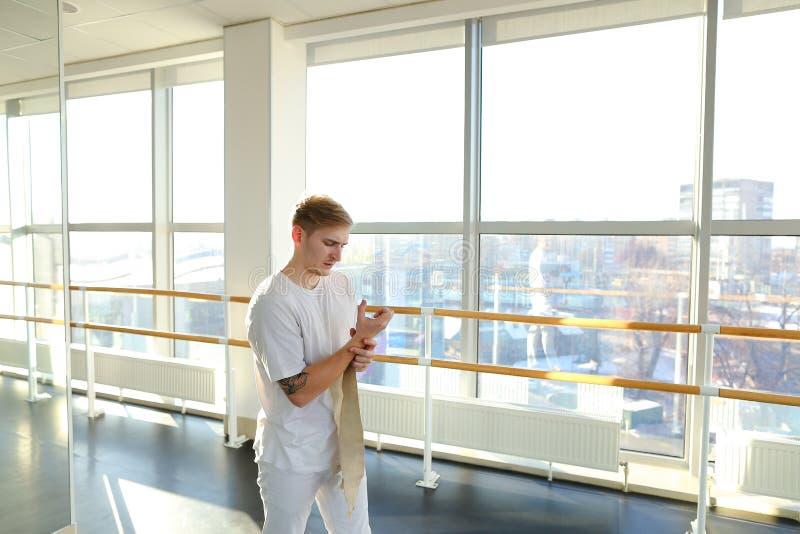 Concept individuele opleiding, goed uitgeruste en lichte gymnastiek met aardige atmosfeer voor trainingen stock foto