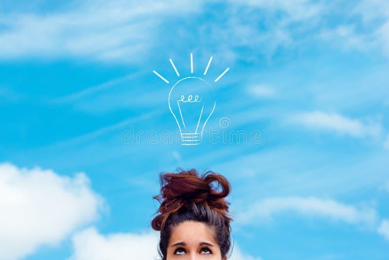 Concept innovatie, idee, creativiteit een meisje die omhoog een getrokken gloeilamp bekijken stock fotografie