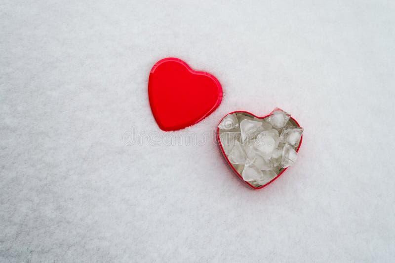 Concept isolé de Saint Valentin : Une boîte en forme de coeur rouge avec des petits animaux de glace à l'intérieur et copier l'es photos libres de droits