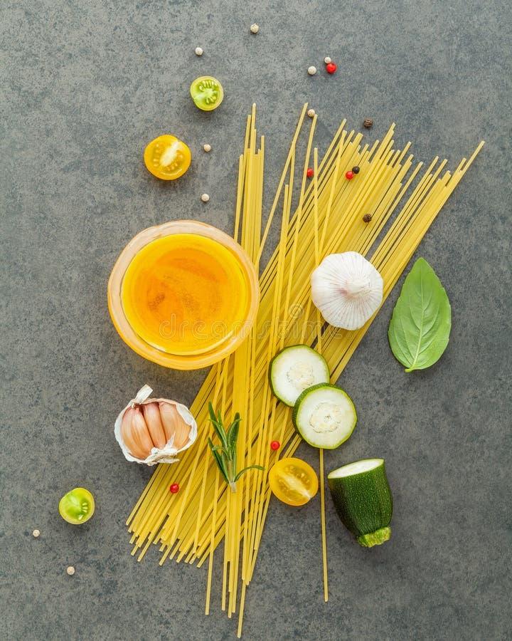 Concept italien de nourriture Spaghetti avec le basilic doux d'ingrédients, à images libres de droits
