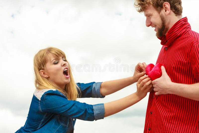 Concept jaloux Couples dans l'amour avec le coeur rouge image libre de droits