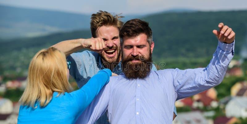 Concept jaloux et de violence L'homme a trouvé l'amie le tricher avec le macho barbu Ami complètement de jaloux et photos libres de droits