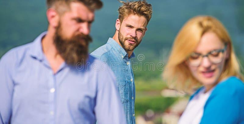 Concept jaloux L'homme a trouvé ou a détecté l'amie le tricher marchant avec un autre homme Aller agressif d'homme attaquer photo stock