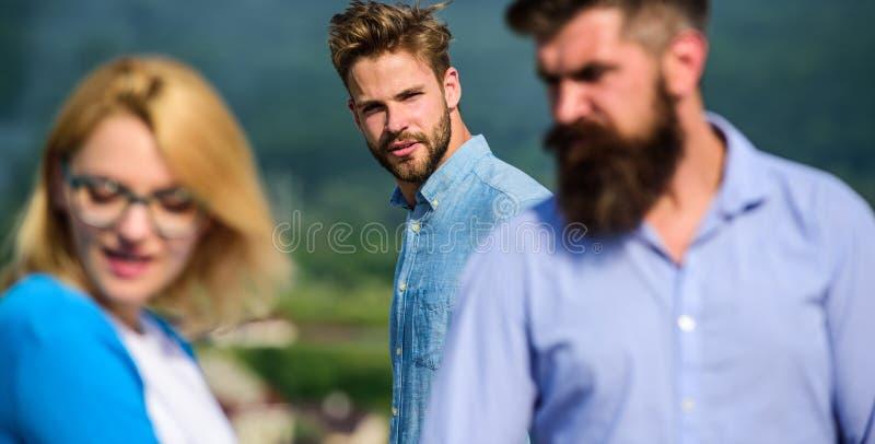 Concept jaloux L'homme a trouvé ou a détecté l'amie le tricher marchant avec un autre homme Aller agressif d'homme attaquer photos stock