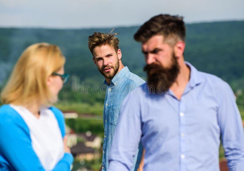 Concept jaloux L'homme a trouvé ou a détecté l'amie le tricher marchant avec un autre homme Ami complètement des regards jaloux images libres de droits