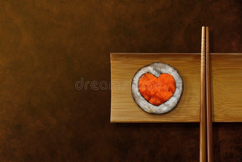 Concept japonais d'amant de nourriture Sushi de petit pain avec la forme de coeur, service image stock