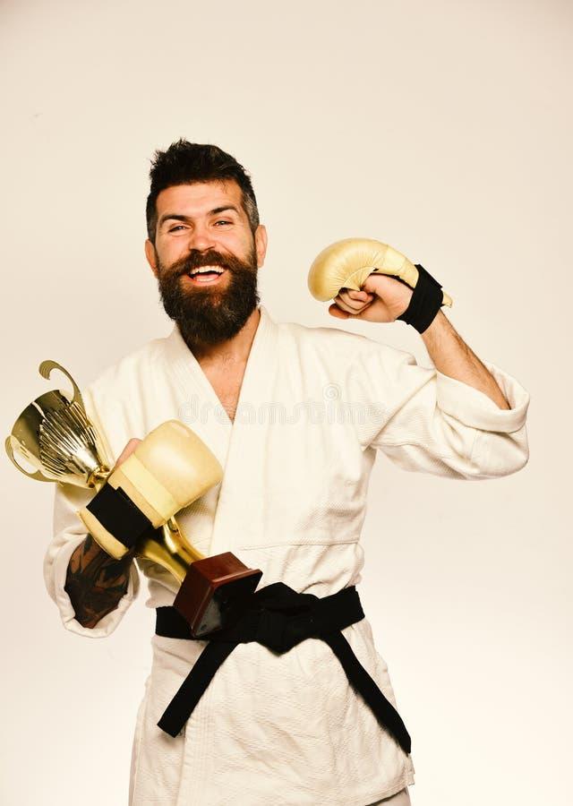 Concept japonais d'arts martiaux Le maître de combat célèbre la victoire photo libre de droits