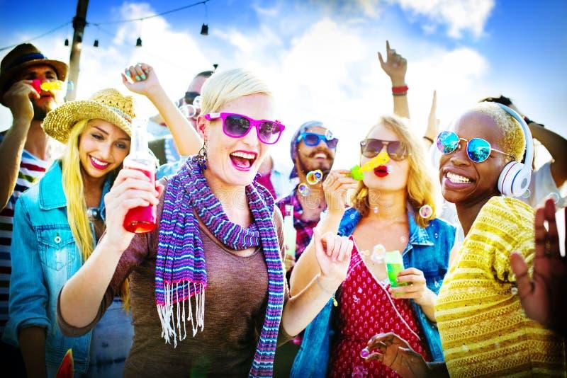 Concept joyeux de bonheur d'été de plage de danse photo stock