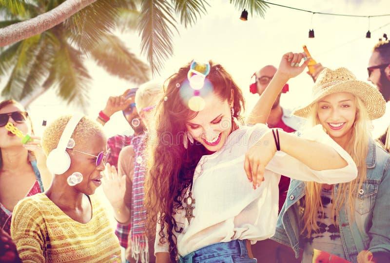 Concept joyeux de bonheur de plage de liaison de danse d'amitié photo libre de droits
