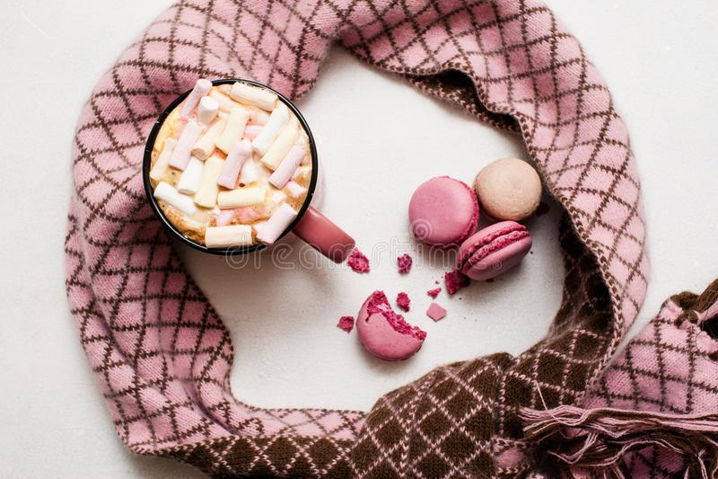 Concept koude ochtend met latte en makarons stock foto's