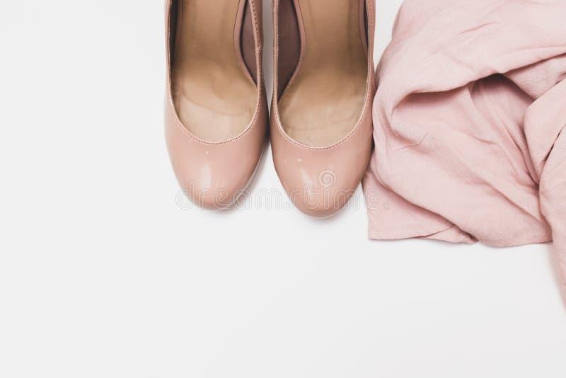 Concept ? la mode, chaussures beiges en pastel avec de hautes collines et chemisier sensible sur le fond, la vente, le diascount  images stock