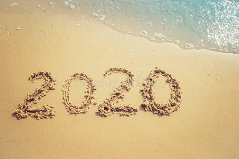 Concept 2020, lettrage de bonne année de 2020 nombres sur la plage de mer photo libre de droits